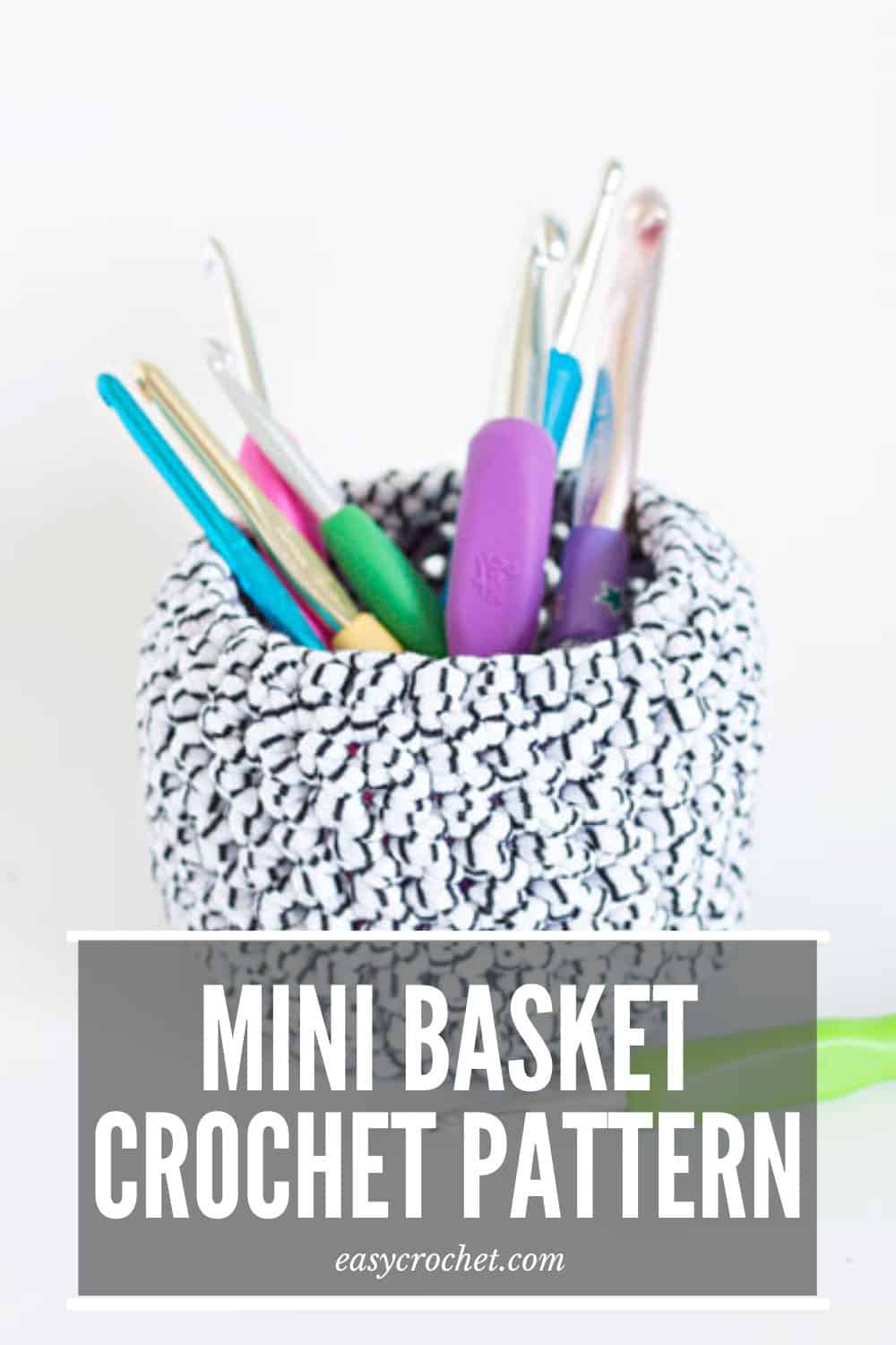 Free & Simple Crochet Mini Basket Pattern - Click to Make this EASY pattern today! Click to Make now or PIN to make later! Find this pattern at easycrochet.com via @easycrochetcom