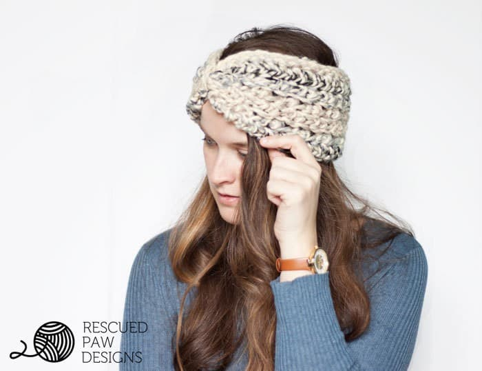Free Moonlight Ear Warmer Crochet Pattern & Tutorial. Keep your ears warm all winter with this crochet headband by Easy Crochet. Click to Read or Pin and Save for Later!